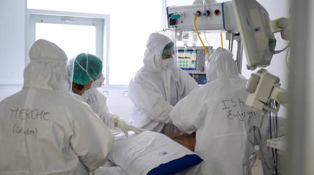 Foto de personal sanitario del Hospital Universitario Marqués de Valdecilla de Santander.