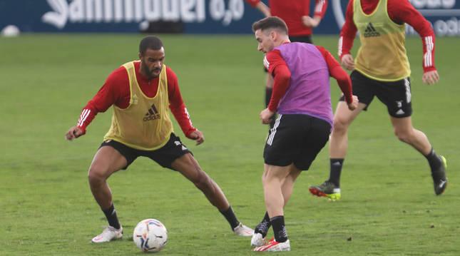 Jonás Ramalho trata de frenar a Kike Barja durante el entrenamiento en Tajonar.