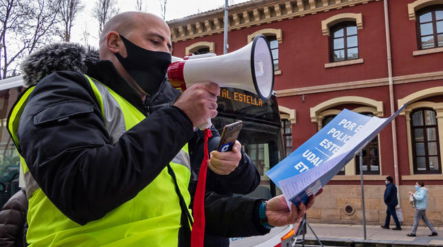 Foto de un agente leyendo el manifiesto en una de las concentraciones convocadas estas semanas.