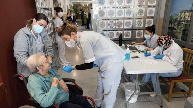 Vacunación contra el coronavirus a los ancianos y trabajadores de la Residencia Nuestra Señora de Gracia en Tudela.