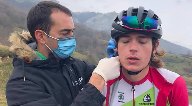 Jorge Azanza toma una muestra de sangre a Xabier Mikel Azparren en un test de campo.