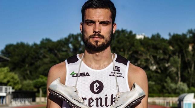 Iñigo Pérez Urretavizcaya, en una imagen con la camiseta de su club, el Hiru Herri.