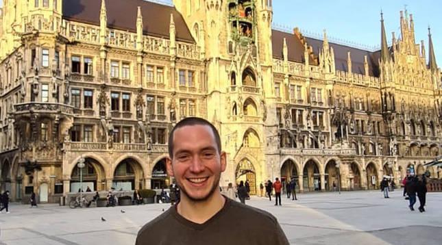 Patxi Oyaga posa en la Marienplatz, centro y alma de Múnich.