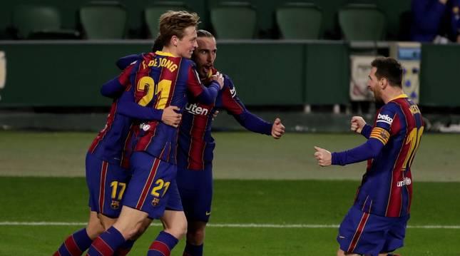 Los jugadores del Barcelona celebran uno de sus tres goles.