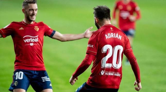 Roberto Torres y Adrián López, felices tras ser protagonistas en la acción del 2-1.