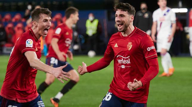 Jonathan Calleri celebra el primer gol del partido junto a Ante Budimir.