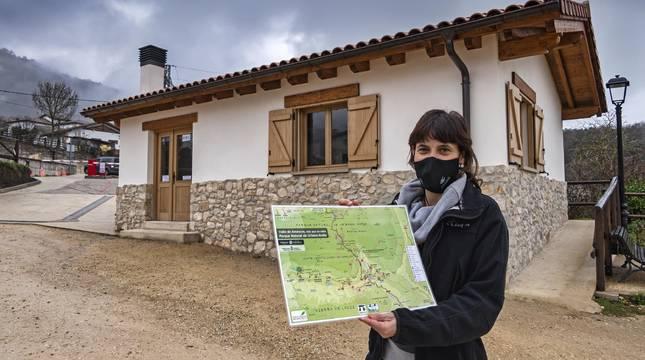 Yolanda Ruiz Pino, trabajadora del área de acogida de Baquedano,  muestra un mapa del valle el sábado en el acceso a la reserva.