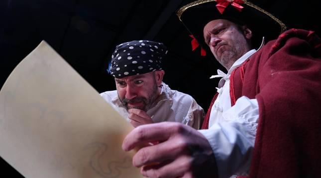 Miguel Goikoetxandía (izq.) y David Larrea, en una escena de PiraDos.