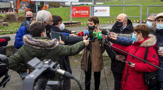 María Chivite atiende a los medios de comunicación durante su visita a las obras de la N-121-A.