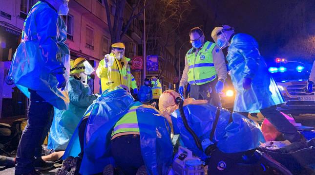 Servicios de emergencias atienden al fallecido en Madrid.