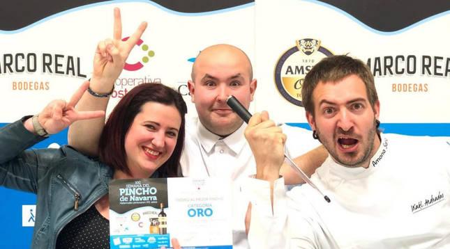 Oihane Larrañegui junto a los cocineros del restaurante Baserriberri Iñaki Andradas y Luken Vigo, cuando ganaron la Semana del Pincho de Navarra.