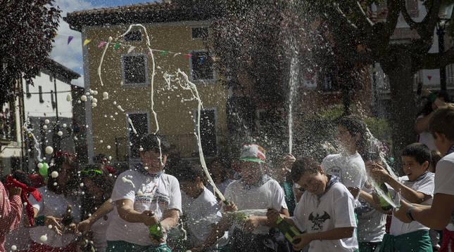 Un grupo de jóvenes celebra el inicio de las fiestas de Alsasua (Navarra) en una edición pasada.