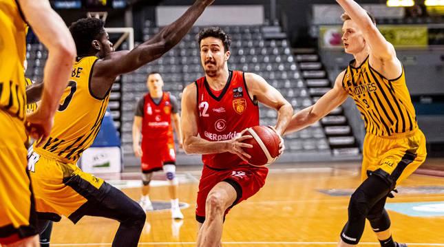 El jugador de ENERparking Basket Navarra Pablo Yárnoz esquiva a sus rivales en el partido ante el Pardinyes Lleida.