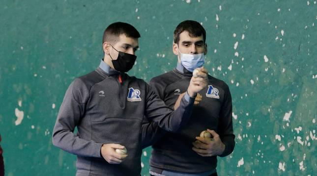 Foto de Galarza y Ezkurdia, durante la elección de material que tuvo lugar este miércoles en el frontón de Zierbena.
