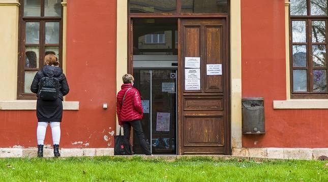 Foto de acceso a Urbanismo y otras áreas municipales en la parte trasera del Ayuntamiento de Estella.