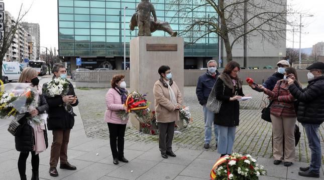 Una ofrenda floral recuerda en Pamplona a las víctimas del terrorismo de ETA