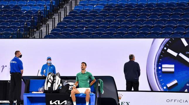 Novan Djokovic, con las gradas vacías tras él.
