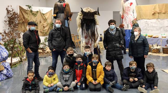 Foto, detrás de un grupo de niños y junto al Momotxorro, de José Javier Agirrebengoa Bergara, Félix Martínez Mazkiaran, Belén Rubio Urízar y Adeli Lahidalga Ruiz.