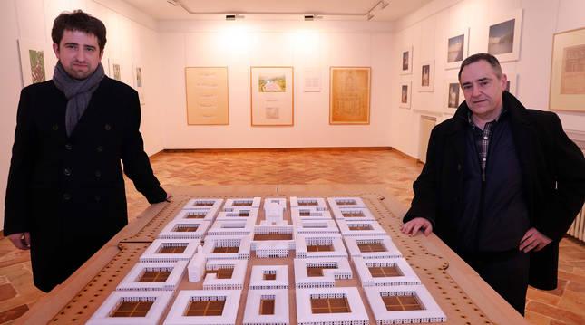 Foto de los arquitectos e investigadores Aritz Díez Oronoz y Andrés Caballero Lobera, junto a la maqueta del proyecto de 'Nueva Sangüesa'.