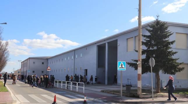 Imagen de la entrada al colegio Dos de Mayo de Castejón, punto en el que se construirá un nuevo edificio para ampliar el centro.