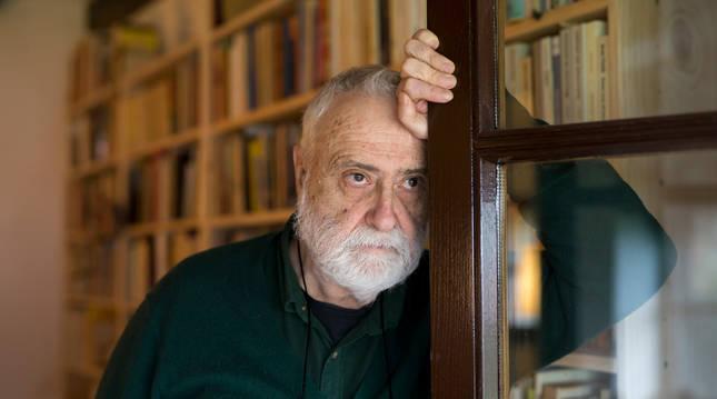Foto del escritor Miguel Sánchez-Ostiz el pasado jueves en su casa de Arizkun.