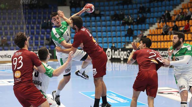 Eduardo fernández se levanta sobre la defensa del Valladolid buscando la portería rival.