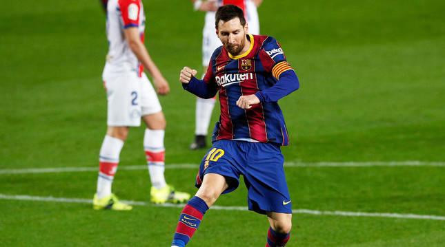 Leo Messi celebra uno de sus goles contra el Alavés.