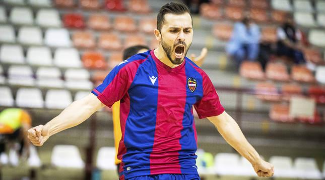 Rafa Usín celebra uno de los dos goles que anotó al Ribera Navarra.