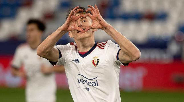 Ante Budimir dibuja un corazón con las manos después de marcar el gol de la victoria ante el Levante.