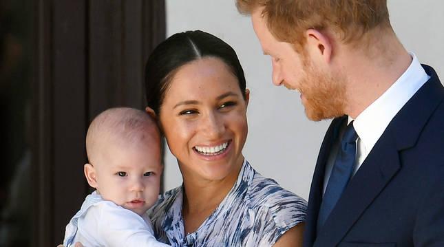 Foto del príncipe Enrique y Meghan Markle, con su hijo Archie.