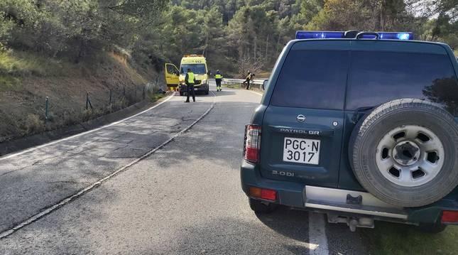 Imagen del coche de la Guardia Civil y la ambulancia en el lugar del siniestro.