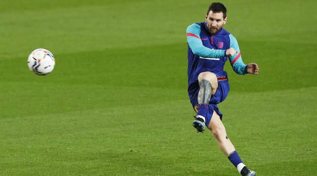 Leo Messi golpea el esférico durante el calentamiento antes del encuentro contra el Alavés.