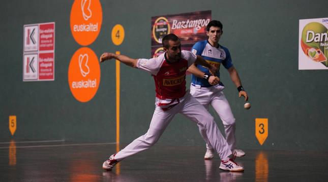 Oinatz Bengoetxea golpea a una pelota en presencia de Jokin Altuna, que firmó su partido más discreto del torneo.