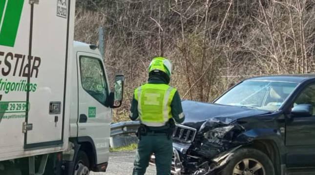 Un agente de la Guardia Civil, instantes después de que se produjese la colisión frontal entre dos vehículos en Etxalar.
