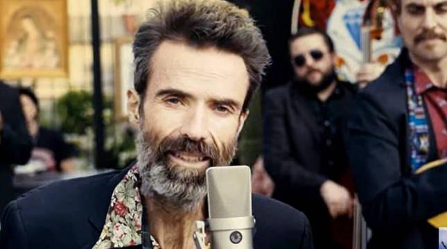 Pau Donés, en el videoclip del tema 'Eso que tú me das'.
