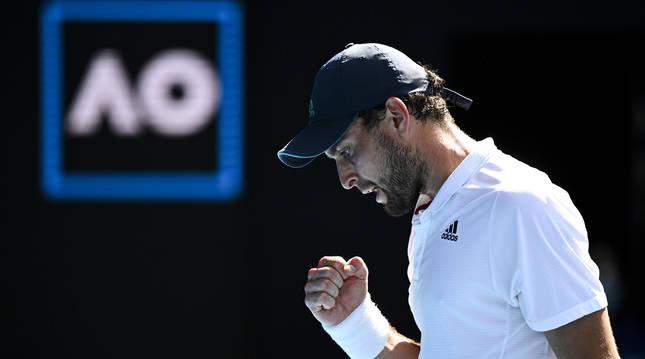 Foto del tenista Aslan Karatsev celebrando un tanto en su partido ante Dimitrov en el Abierto de Australia.