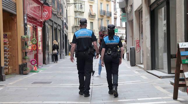 Imagen de dos agentes de la Policía Municipal en un servicio por el Casco Antiguo de Pamplona.
