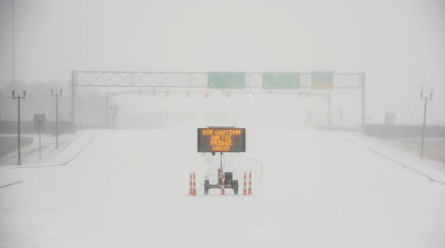 Una señal advierte a los motoristas después de una súbita e intensa nevada en la Autopista 463 en Madison, en Jackson, Mississippi (EE UU).