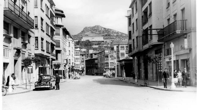 Décadas después -finales de la de 1960- la calle San Andrés mostraba esta imagen desde la plaza de la Coronación, con la parada de taxis ya trasladada a un nuevo emplazamiento.