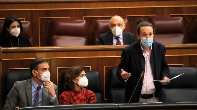 Sánchez y Calvo miran a Iglesias, durante su intervención.