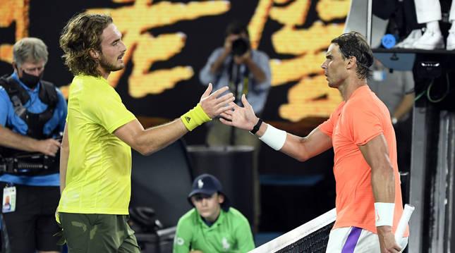 Tsitsipas y Nadal se saludan tras finalizar el partido en el Abierto de Australia