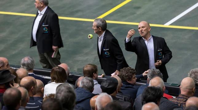 Benjamín, Hilario y Rufino, durante una final del Cuatro y Medio en el Navarra Arena.