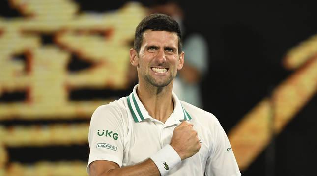 Djokovic celebra su triunfo ante Karatsev en semifinales del Abierto de Australia.