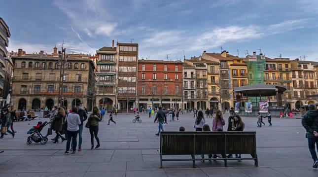 La plaza de los Fueros, muy transitada ayer por la tarde en un inicio de fin de semana marcado por las buenas temperaturas.