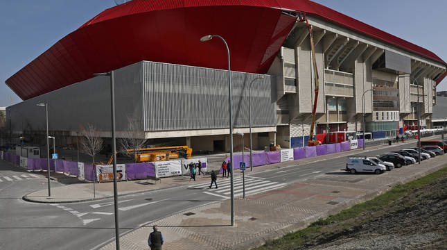 Imagen de El Sadar en la esquina que separa la zona norte y Preferencia, la última parte del estadio que se ha cubierto con la chapa roja.