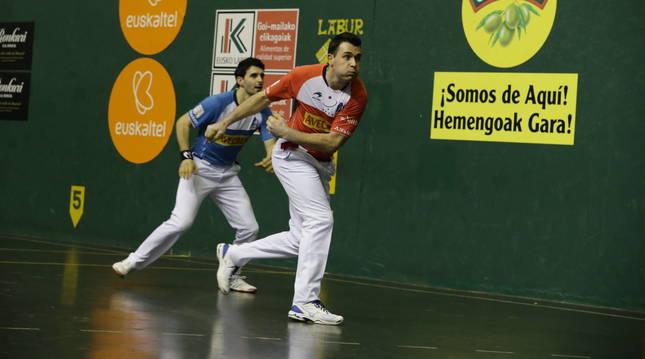Erik Jaka ataca a la pelota en presencia de Jokin Altuna en el partido de ayer en Urdúliz
