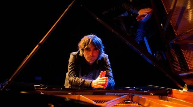 Mikel Azpiroz Garmedia ha desarrollado su trayectoria como músico, compositor y productor en proyectos propios y de otros artistas.