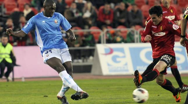 Alejandro Alfaro intenta frenar un pase de Raoul Loe cuando defendía la camiseta del Mallorca.