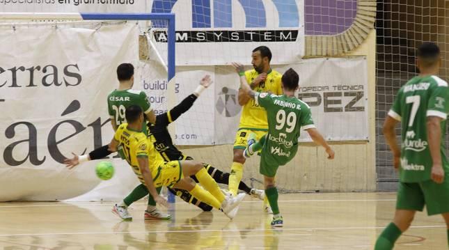 El ala de Osasuna Magna Fabinho marcó el 2-3 ante Attos y Carlitos en presencia de su compañero César.
