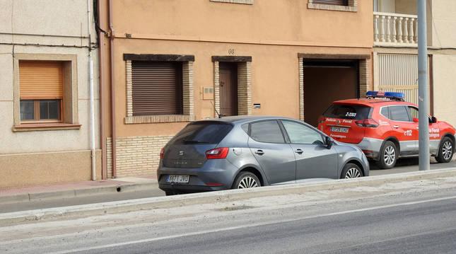 Imagen de un coche de la Policía en la vivienda de la víctima, en Azagra.